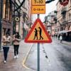 В Швеции поставили дорожный знак — Люди с мобильными телефонами