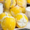 Она разрезала лимон и засыпала его солью. Взгляните на результат!