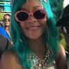 Рианна продемонстрировала на родном Барбадосе свои бирюзовые волосы