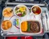 Вот что делают с самолетной едой, которую не съели…
