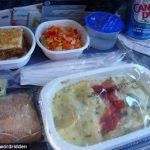 Две стороны меню в самолете: эконом и бизнес
