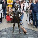 У статуи «Смелой девочки» на Уолл-стрит появилась статуя «Писающего мопса»
