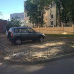 О там исходе любитель парковки на газоне даже не догадывался