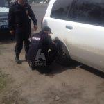 В Омске полицейские догнали женщину, чтобы накачать ей спущенное колесо