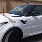 В Великобритании мужчина вбил кирку в капот автомобиля своего босса