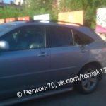 Жители Томска спасли ребенка, запертого в машине на жаре