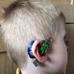 Мама «превращает» слуховой аппарат своего сына в атрибут супергероя