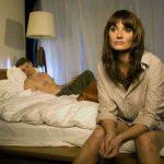 Разъяренная женщина избила молодую любовницу своего мужа.