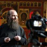 Почему православные священники носят бороду, а католические нет?