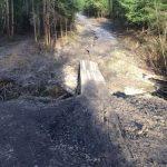 Строительство мостика через лесной ручей
