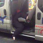 Тучная женщина застряла в такси