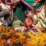 Шок! Вас стошнит, когда узнаете,во что окунают детей на индийском ритуале…