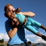 10 фото о том, что принц Гарри обожает детей, а они — его
