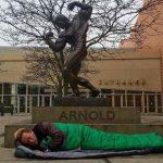 Арнольд Шварценеггер спит на улице перед своей бронзовой статуей