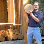 Мужчина взял кучу деревянных спилов и сделал пол не хуже, чем у дизайнеров