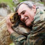Испанец 12 лет прожил с хищниками и 50 лет не может привыкнуть к людям